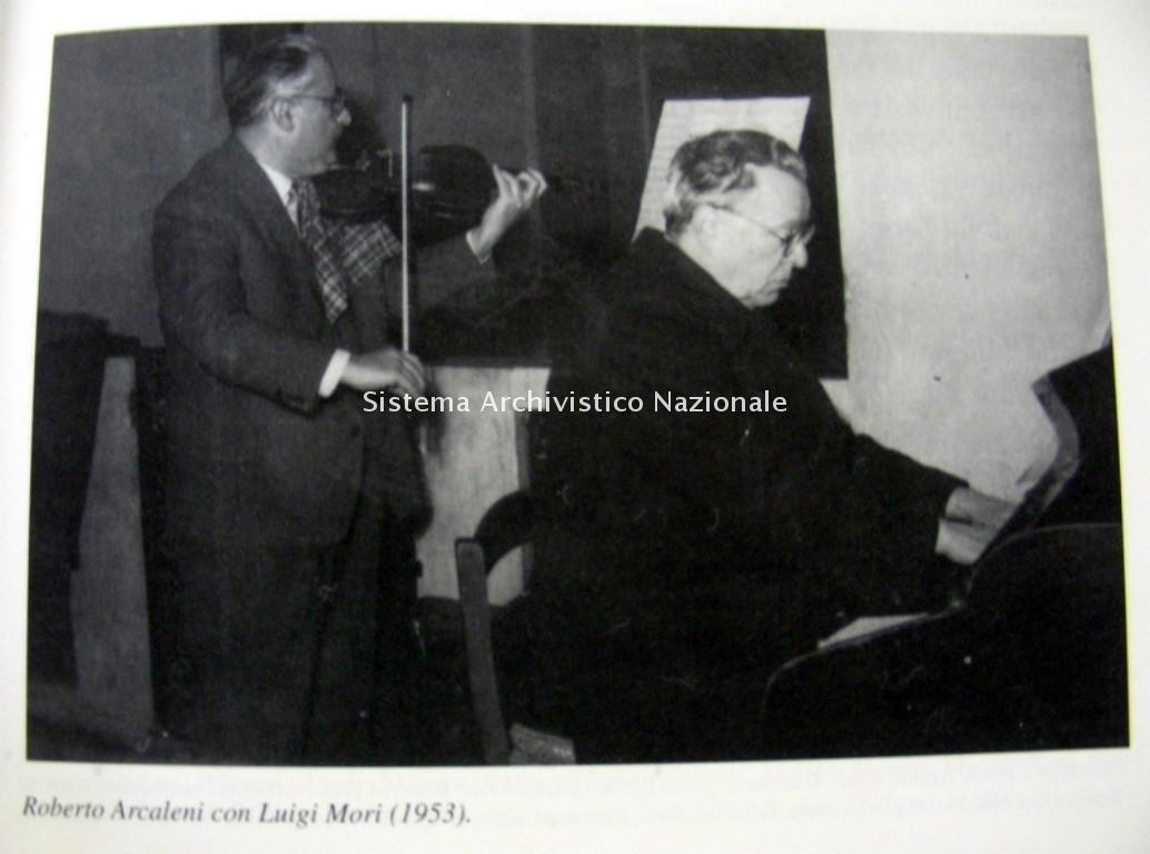 Roberto Arcaleni con il professor Luigi Mori al violino, 1953 (Privato, Fondo Roberto Arcaleni)