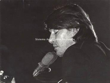 Fabrizio De André in concerto, 1980 (Università degli studi di Siena Facoltà di lettere e filosofia, Biblioteca, Centro interdipartimentale di studi Fabrizio De André, Fondo Fabrizio De André)