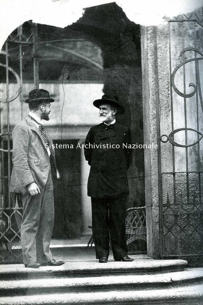 Ritratto di Tito II Ricordi e di Giuseppe Verdi fotografati accanto al cancello della casa di Giulio Ricordi in via Borgonuovo, Milano 1892 (Archivio storico Ricordi)