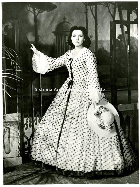 Il soprano Margherita Carosio è Violetta nell'edizione de La traviata di Giuseppe Verdi rappresentata al Teatro San Carlo di Napoli durante la stagione lirica 1941-1942 (Fondazione Teatro di San Carlo)