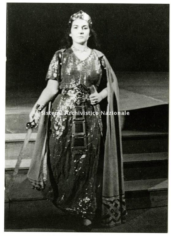 Maria Callas nel ruolo di Abigaille nell'opera Nabucco di Giuseppe Verdi rappresentata al Teatro San Carlo di Napoli durante la stagione lirica 1949-1950 (Fondazione Teatro di San Carlo)