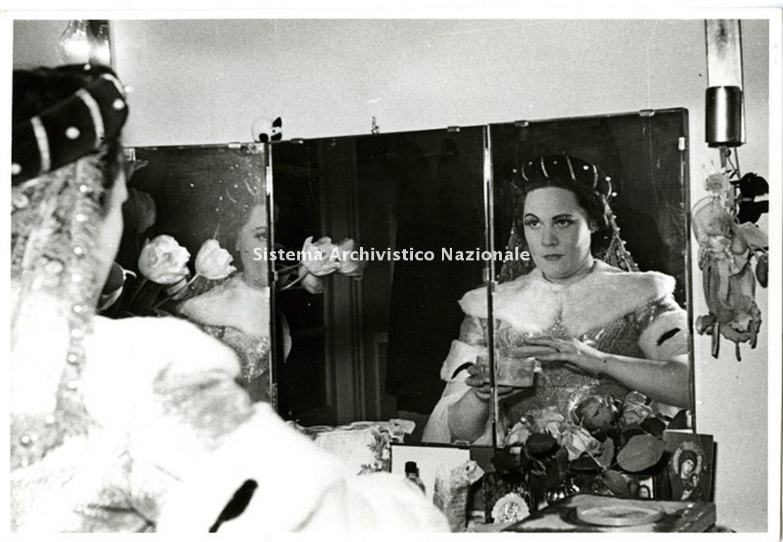 Renata Tebaldi in camerino nel backstage dell'opera Giovanna d'Arco di Giuseppe Verdi in scena al Teatro San Carlo di Napoli il 15 marzo 1951 (Fondazione Teatro di San Carlo)