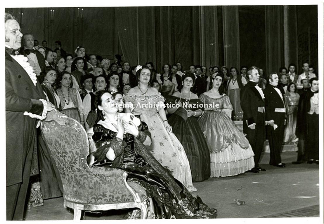 Renata Tebaldi nel ruolo di Violetta Valéry nell'opera La traviata di Giuseppe Verdi rappresentata al Teatro San Carlo di Napoli durante la stagione lirica 1950-1951 (Fondazione Teatro di San Carlo)