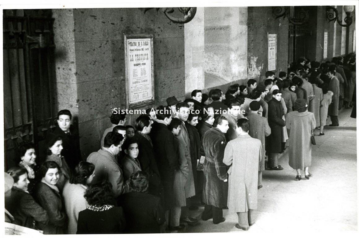 Pubblico in fila sotto i portici del Teatro San Carlo di Napoli per assistere a una rappresentazione de La traviata di Giuseppe Verdi con Renata Tebaldi nella stagione lirica 1950-1951 (Fondazione Teatro di San Carlo)